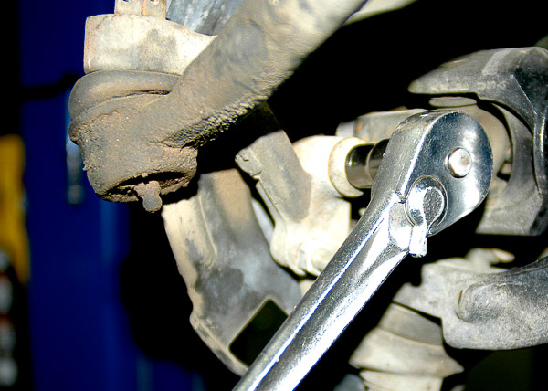 Loosen the hub bolts at the steering knuckle.